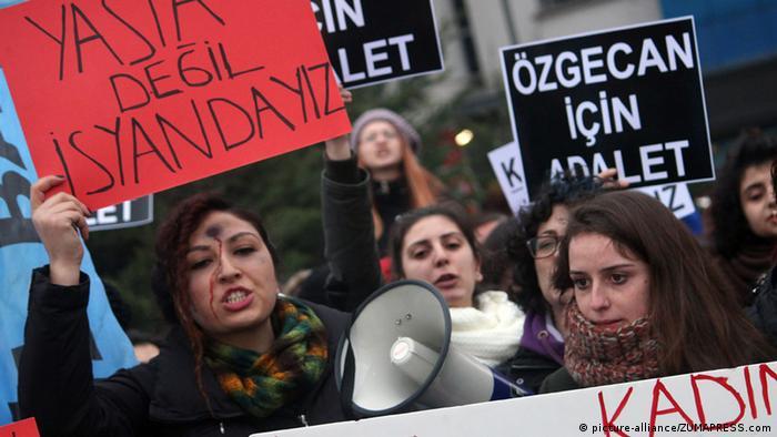 Women protesting the murder of Ozgecan Aslan