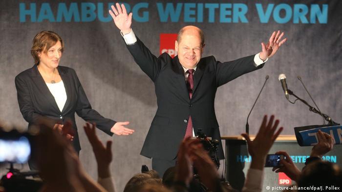 Hamburgs Erster Bürgermeister und Spitzenkandidat der SPD für die Hamburger Bürgerschaftswahl, Olaf Scholz, und seine Ehefrau Britta Ernst freuen sich am 15.02.2015 in Hamburg nach der ersten Hochrechnung für die Bürgerschaftswahl.