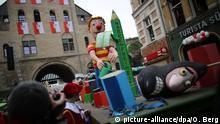Ein Motivwagen der sich nach den Anschlägen auf die Satirezeitung Charlie Hebdo symbolisch mit der Narrenfreiheit beschäftigt, fährt am 16.02.2015 in Köln (Nordrhein-Westfalen) durch die Strasse. Mit den Rosenmontagsumzügen erreicht der Karneval seinen Höhepunkt. Foto: Oliver Berg/dpa