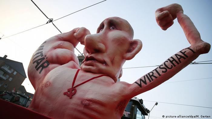 Карнавальная повозка, посвященная Путину. Надпись справа: Экономика, надпись слева: Армия