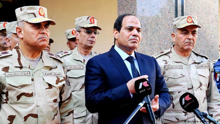 Ägyptens Präsident Fattah Al-Sisi vor Militärs in Kairo (foto: dpa)
