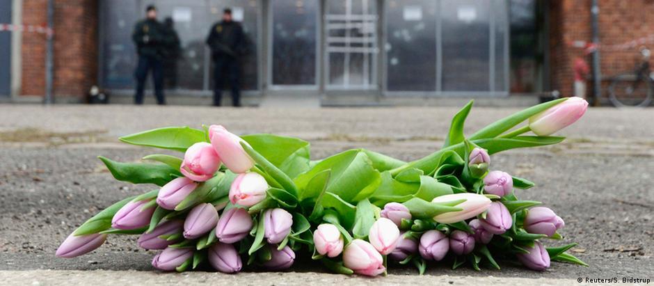 Flores foram colocados em frente ao centro cultural onde aconteceu o primeiro ataque, em 14 de fevereiro