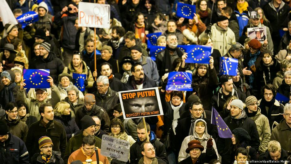 Hundreds of Hungarians protest in Budapest ahead of Putin visit | DW | 17.02.2015