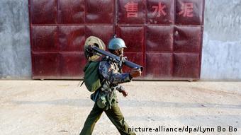 Birmanischer Soldat vor geschlossenem chinesischen Zementhandel im Konfliktgebiet (Foto: picture-alliance/dpa/Lynn Bo Bo)