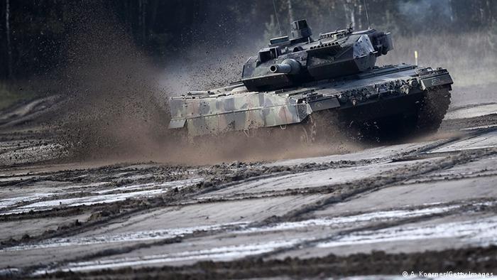 Ein Panzer vom Typ Leopard 2A5 nimmt an einer Übung der Bundeswehr in der nähe von Bergen teil (Foto: Alexander Koerner/Getty Images)