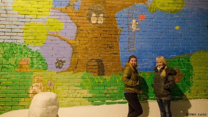 Две девушки на фоне стены