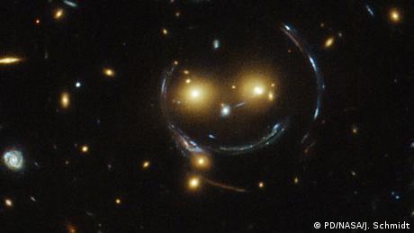 A los 30 años y contando, todos podemos estar felices de que el Hubble continúe proporcionándonos imágenes fascinantes desde el espacio. Esta, por cierto, es otra de las creaciones del Hubble, ¡una sonrisa espacial! ¿La explicación fácil? Fue hecha por luz que se doblaba.