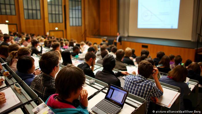 Studenten sitzen in einem vollen Hörsaal