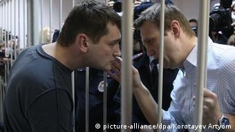 Олег Навальный общается через решетку с братом Алексеем во время суда
