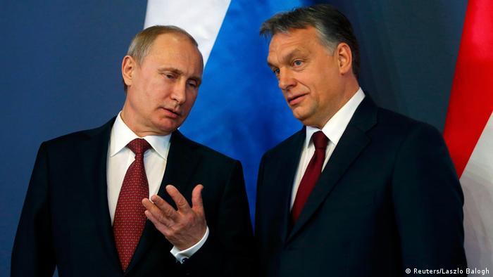 Двое мужчин на фоне российского флага