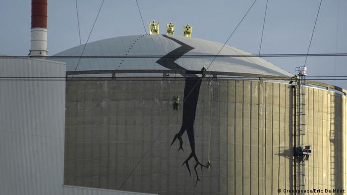 Auf die Reaktorhülle eines belgischen AKW haben Greenpeace-Aktivisten einen Riss gemalt (Foto: Greenpeace/Eric De Mildt)