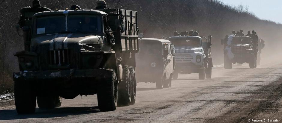 Soldados ucranianos deixam Debaltsevo, após avanço das forças separatistas