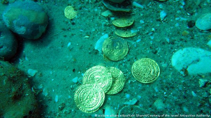Münzen liegen im Wasser (picture-alliance/dpa/Kobi Sharvit/Courtesy of the Israel Antiquities Authority)