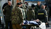 Ukraine ukrainische Soldaten verlassen Debalzewe Krankenhaus in Artemovsk