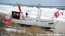 Nur wenige Touristen lockt das frostige Wetter zu einem Spaziergang am Strand des Seebades Koserow auf der Ostseeinsel Usedom, aufgenommen am 11.03.2010. Foto:Stefan Sauer/lmv