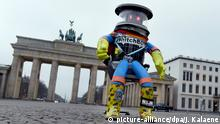 HitchBOT in Berlin (picture-alliance/dpa/J. Kalaene)