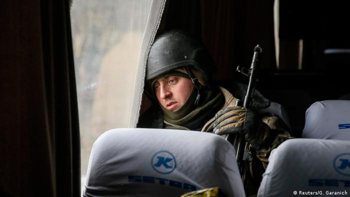 Украинский солдат, покидающий Дебальцево