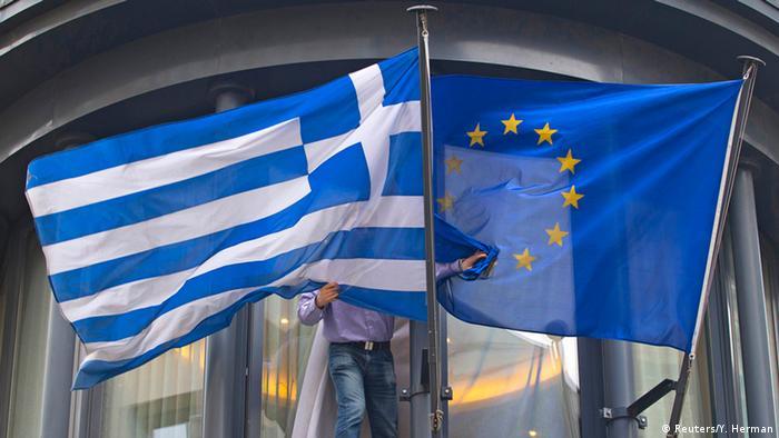 Symbolbild zur griechischen Schuldenkrise - Flagge von EU und Griechenland (Foto: Reuters)