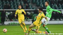 Bildunterschrift:WOLFSBURG, GERMANY - FEBRUARY 19: Bas Dost of VfL Wolfsburg (12) scores their first goal during the UEFA Europa League Round of 32 first leg match between VfL Wolfsburg and Sporting Clube de Portugal at Volkswagen Arena on February 19, 2015 in Wolfsburg, Germany. (Photo by Lars Baron/Bongarts/Getty Images)