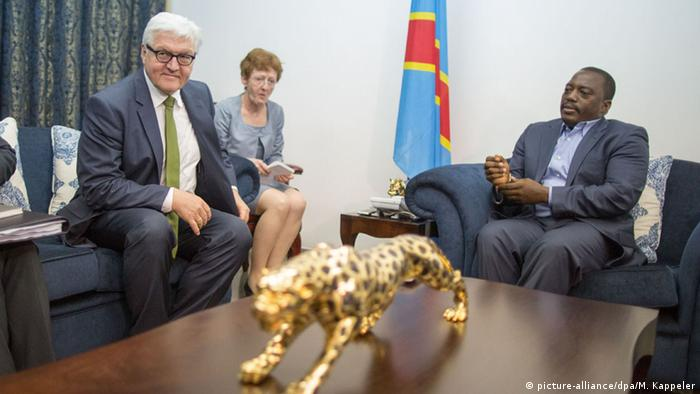 Der damalige Außenminister Frank-Walter Steinmeier mit Kongos Präsidenten Joseph Kabila Kabange (picture-alliance/dpa/M. Kappeler)