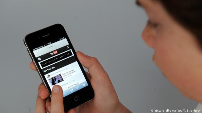 Deutschland Kind benutzt Smartphone (picture-alliance/dpa/T. Eisenhuth)