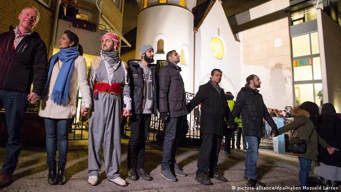 Muslimischer Friedensring um die Synagoge von Oslo