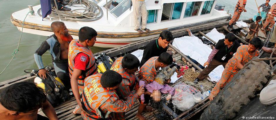 Ao menos 50 pessoas foram resgatadas com vida após acidente no rio Padma, dizem autoridades