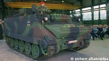 21.10.1997 * Die Bundeswehr hat am Dienstag (21.10.97) in Flensburg den ersten erneuerten Schützenpanzer vom Typ M 113 übernommen. Ein Großteil der vor 30 Jahren beschafften amerikanischen leichten Kettenfahrzeuge soll modernisiert werden. Der erste Panzer einer Vorserie wurde am Dienstag von der Flensburger Fahrzeugbau Gesellschaft an die Artillerieschule Idar-Oberstein (Rheinland-Pfalz übergeben. dpa (Zu dpa lno)