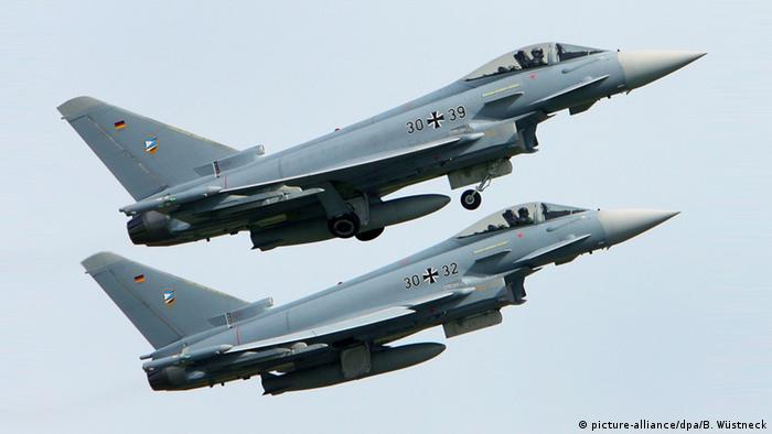 Dos aviones Eurofighter en vuelo.