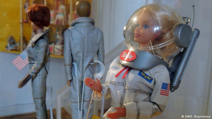 Eine Barbiepuppe als Astronautin