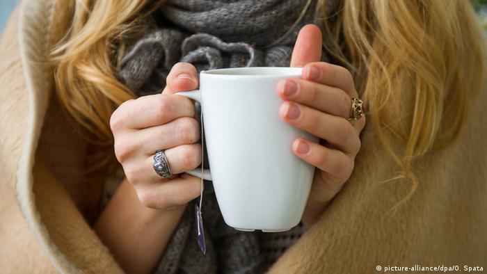 Женщина с кружкой чая в руках