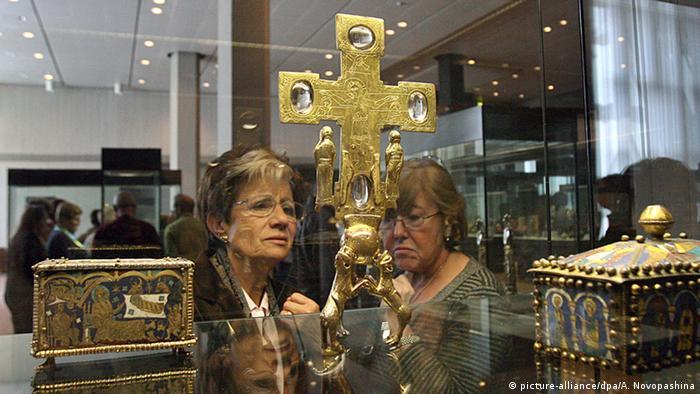 Goldenes Reliquienkreuz aus dem Welfenschatz, Foto: dpa
