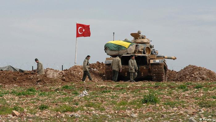 Turkish soldiers and an army tank take position at the new site of the Suleyman Shah tomb near the northern Syrian village of Esme, on the Syrian-Turkish border February 24, 2015 (Photo: REUTERS/Stringer)