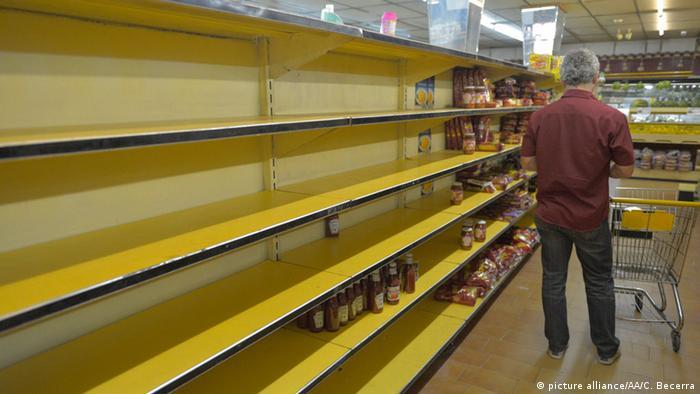 قفسه خالی فروشگاههای مواد غذایی در کاراکاس، پایتخت ونزوئلا