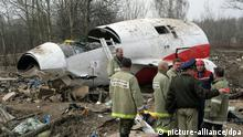 Russian rescue workers at the site of the Polish government Tupolev Tu-154 plane that crashed near Smolensk airport, Russia, 13 April 2010. All 96 passenges and crew onboard the plane including Polish President Lech Kaczynski and his wife Maria Kaczynska were killed in the crash. EPA/SERGEI CHIRIKOV (zu dpa 0552) +++(c) dpa - Bildfunk+++