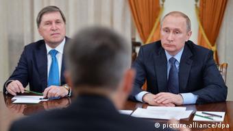Смоленков, як припускають, був довіреною особою помічника президента РФ Юрія Ушакова (ліворуч)