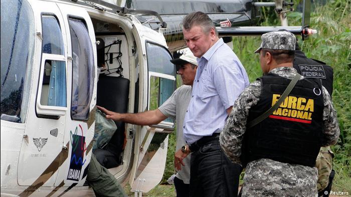 Ezequiel Antonio Castanha vor Hubschrauber. (Foto: REUTERS/Folha do Progresso/Juliano Simionato)