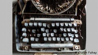 A photograph of a rusting typewriter. Copyright: be.bra verlag.