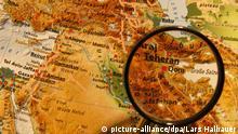Die Stadt Teheran durch eine Lupe auf einem Atlas hervorgehoben, aufgenommen am 17.02.2009. Foto: Lars Halbauer +++(c) dpa - Report+++