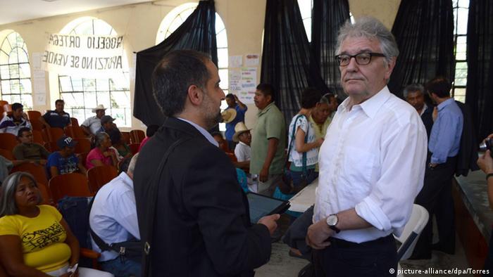 El Comisionado de Derechos Humanos, Christoph Strässer, en la escuela normalista de Ayotzinapa.