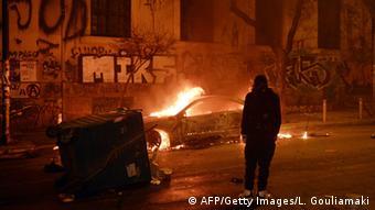 Ein Auto brennt in Athen - Demonstration gegen den Kurs der Regierung - Foto: AP