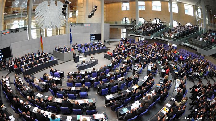 Deutschland Abgeordnete im Bundestag Plenarsaal in Berlin (picture-alliance/dpa/R. Jensen)