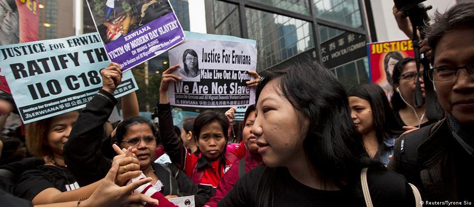 A indonésia Erwiana Sulistyaningsih (c) acompanhou leitura de sentença contra ex-patroa em tribunal de Hong Kong