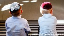 Deutschland Juden mit Kippa in Hamburg zwei Jungen