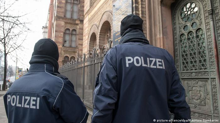 Polizei bewacht in Berlin die Synagoge in der Oranienburger Straße (picture-alliance/dpa/Maurizio Gambarini)