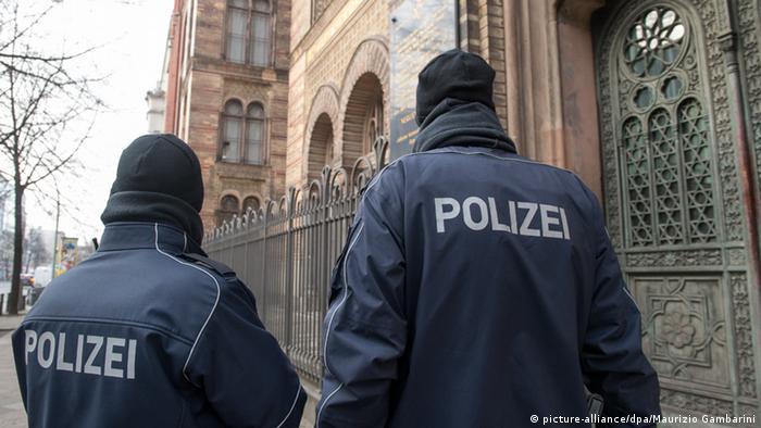 Polizei bewacht in Berlin die Synagoge in der Oranienburger Straße