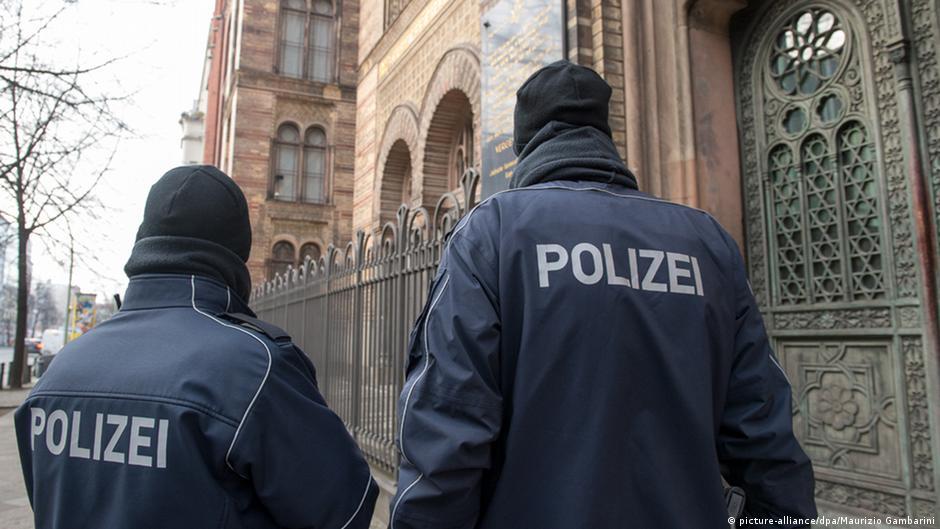 Polizei bewacht in Berlin die Synagoge in der Oranienburger Straße (picture-alliance/dpa/Maurizio Gambarini)