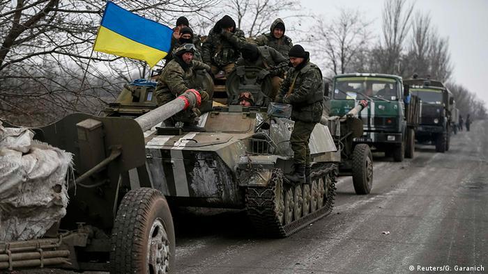 Rückzug der Armee-Panzer in der Ostukraine (foto: reuters)
