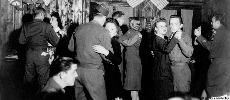 Alemãs dançam com soldados americanos no pós-guerra