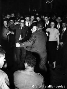 Deutschland USA Amerikanische GIs beim Tanz mit deutschen Frauen, Nachkriegszeit